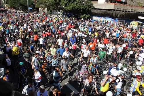 Ciclistas aguardando a inauguração da ciclovia da Avenida Paulista