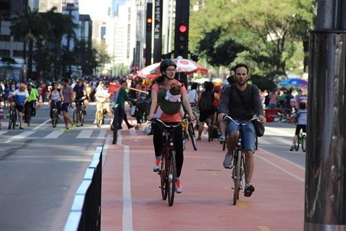 Ciclistas pedalando na ciclovia da Avenida Paulista
